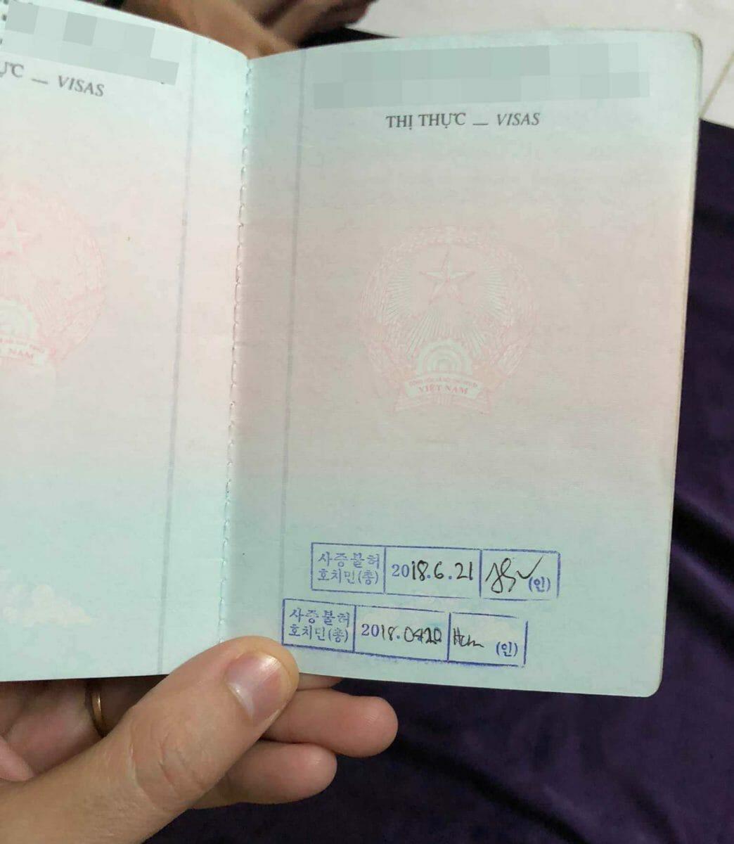 Trong hình là hộ chiếu bị LSQ Hàn Quốc từ chối cấp visa đến 02 lần. Cả 2 lần đều xin qua dịch vụ và thời gian chờ xin lại giữa 2 lần chưa đủ 03 tháng (chính xác là mới được 2 tháng 11 ngày)